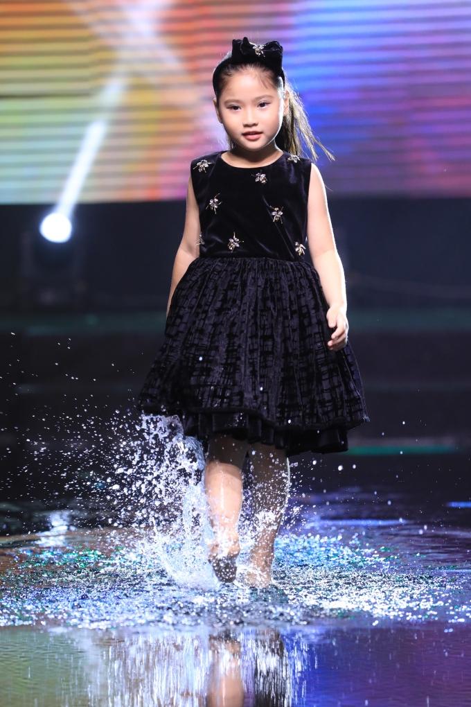 <p> Trong đêm tiệc, Khánh Vân cùng các người mẫu nhí trình diễn bộ sưu tập thời trang trẻ em trong ánh sáng huyền ảo.</p>