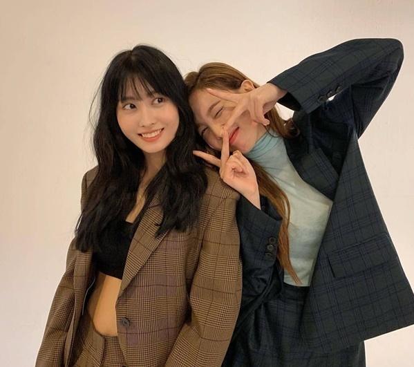 Momo khoe cơ bụng với phong cách girl crush bên Na Yeon dễ thương.