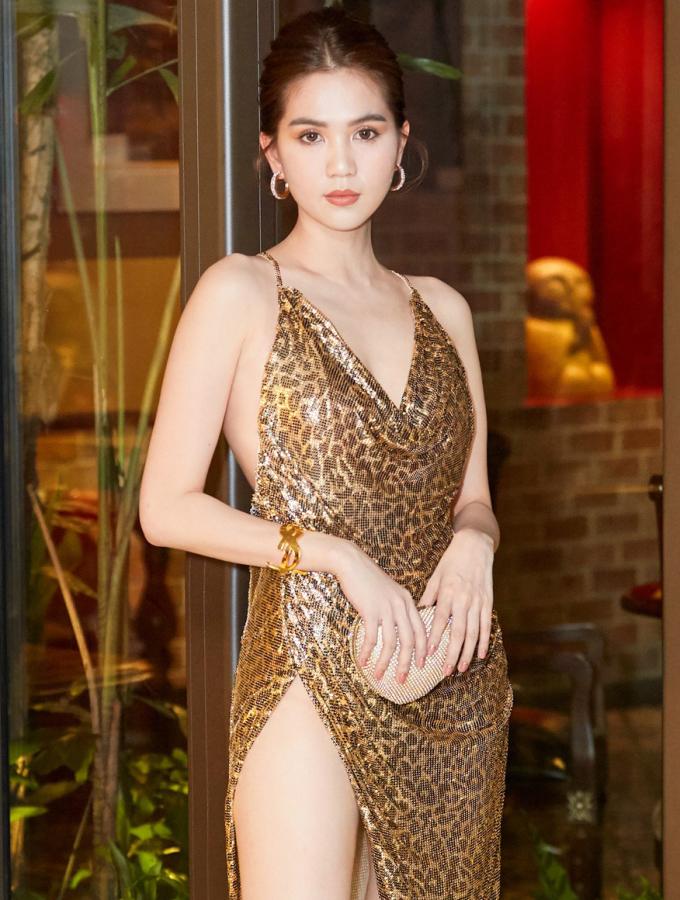 <p> Người đẹp diện chiếc váy da báo với thiết kế táo bạo, khoe vòng một và lưng trần gợi cảm. Phần đùi xẻ cao tít tắp nhưng Ngọc Trinh vẫn tạo dáng rất tự tin.</p>