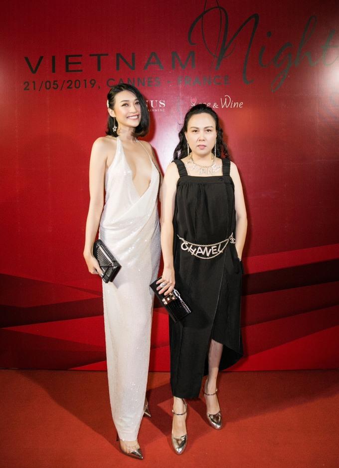 <p> Doanh nhân Phượng Chanel (phải) diện cả bộ trang sức đắt đỏ của Chanel.</p>