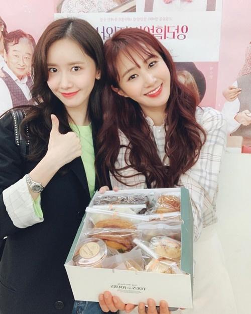 Yoon Ah mang đồ ăn đến giúp Yuri bổ sung năng lượng sau khi diễn kịch sân khấu.