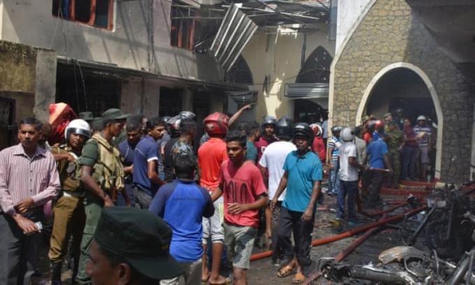 <p> Người dân địa phương và cảnh sát tập trung tại nhà thờ Secon, đường trung tâm Batticalova ở Colombo.<em> Ảnh: MA Pushpa Kumara / EPA.</em></p> <p> </p> <p> </p>