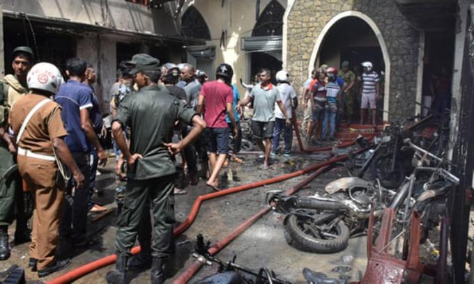 <p> Khung cảnh tại nhà thờ Secon sau vụ nổ. <em>Ảnh: MA Pushpa Kumara / EPA</em></p>