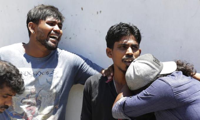 <p> Người thân của những người thiệt mạng trong vụ nổ đứng đợi bên ngoài nhà xác của một bệnh viện ở Colombo <em>Ảnh: Eranga Jayawardena / AP</em></p>