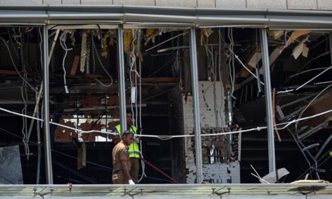 <p> Cảnh hoang tàn của khách sạn Shangri-La. Đây là một trong ba khách sạn sang trọng bị tấn công.<em>Ảnh: Ishara S Kodikara / AFP.</em></p>