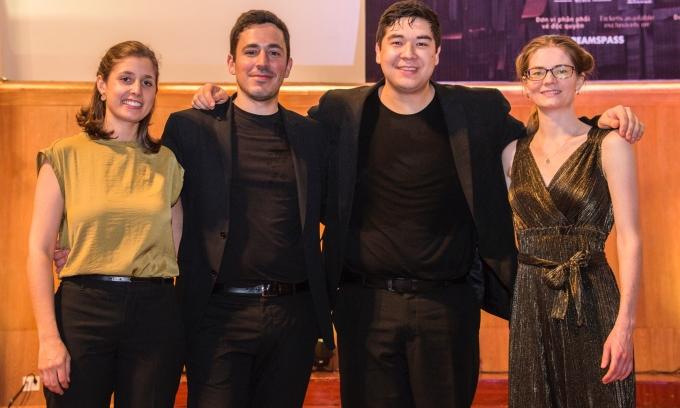 <p> Nhóm Vera Quartet được thành lập vào năm 2015 dưới sự bảo hộ của một trong những Học viện Âm nhạc Nghệ thuật danh giá nhất nước Mỹ, đó là Curtis. Nơi đây đã đào tạo nên Thần đồng piano Lang Lang.</p> <p> Trải qua 4 năm hoạt động và lưu diễn tại khắp các quốc gia như Mỹ, Tây Ban Nha, Hàn Quốc, Hong Kong, Nhật Bản... Vera Quartet từng đạt nhiều giải thưởng lớn tại nhiều cuộc thi âm nhạc khác nhau, có thể kể tới Plowman Chamber Music Competition, cuộc thi Chamber Music in Yellow Springs for Emerging Professional Ensembles, các giải thưởng quan trọng của cuộc thi M-Prize Chamber Arts Competition, giải St. Lawrence String Quartet Prize tại cuộc thi Wigmore Hall International String Quartet Competition.</p> <p> Năm 2017, nhóm tham dự hội thảo Tứ tấu dây tại Học viện Âm nhạc Robert Mann và Julliards và được chọn trình diễn trong chương trình radio Performance Today trên sóng NPR (National Public Radio).</p>