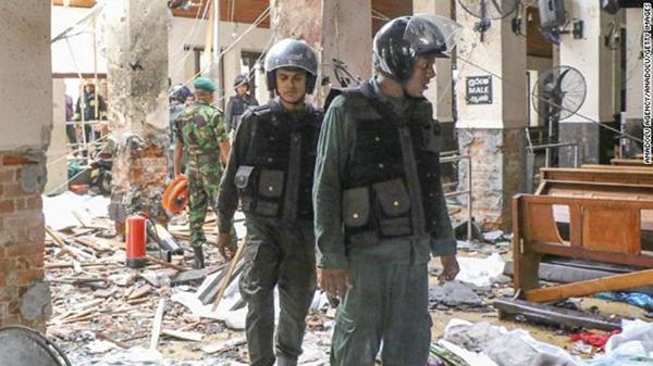Lực lượng an ninh kiểm tra Nhà thờ St Anthony ở Kochchikade, Colombo. Ảnh: AFP