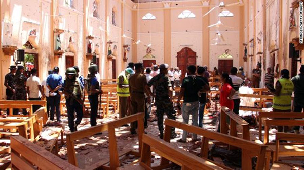 Nhân viên an ninh Sri Lanka đi bộ qua Nhà thờ St Sebastian ở Negombo, phía bắc của cpaital Colombo. Ảnh: AFP / Getty.