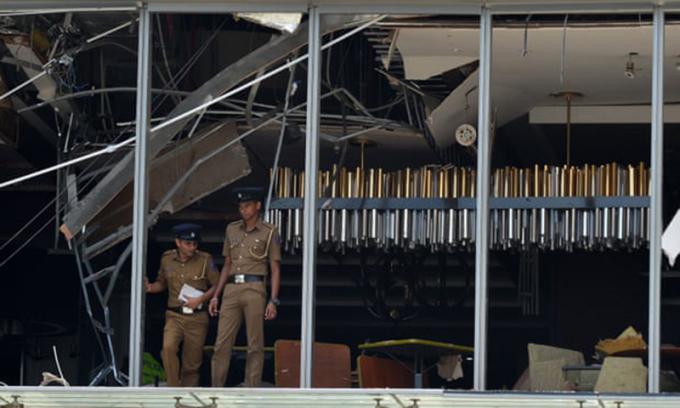 <p> Cảnh sát Sri Lanka đứng tại nơi xảy ra vụ nổ tại khách sạn Shangri-La, thủ đô Colombo. <em>Ảnh: Ishara S Kodikara / AFP</em></p>