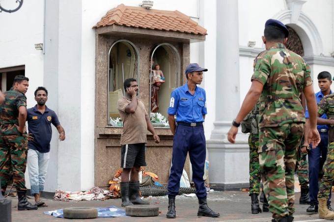 <p> Nhiều người tập trung bên ngoài đền thờ Thánh Anthony, nơi xảy ra vụ nổ, ở Colombo, Sri Lanka. <em>Ảnh: Washingtonpost</em></p>