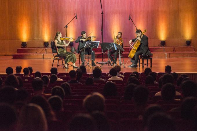 """<p> Mở màn là """"String Quartet No.3"""" (Béla Bartók). Vera Quartet đã dẫn dắt người nghe khám phá những giai điệu dân dã về quê hương Hungary của tác giả. Tác phẩm là sự kết hợp nhiều cung bậc cảm xúc với âm thanh nhảy múa, gợi cảm hứng về một điệu nhảy dân gian từ đất nước có lịch sử lâu đời nhất nhì châu Âu.</p>"""