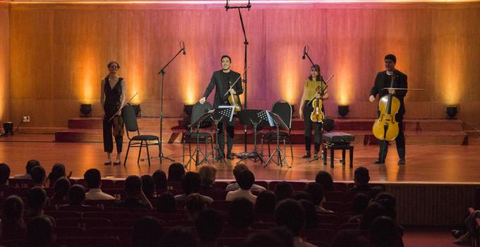 """<p> """"Một trong những điều tuyệt diệu nhất của âm nhạc thính phòng là trong cùng một chương trình, bạn vừa có thể chơi một tác phẩm được viết cách đây 200 năm, vừa có thể chơi một bản nhạc mới chỉ được viết xong ngày hôm qua. Chúng tôi luôn mong muốn đem lại sự cân bằng và đa dạng ở mỗi buổi hòa nhạc, cho mỗi đối tượng khán giả. Chúng tôi rất hạnh phúc khi nhìn thấy rất đông các học sinh - sinh viên Việt Nam đến tham dự đêm nhạc tối nay. Hy vọng rằng âm nhạc của chúng tôi cũng đã chạm được đến trái tim của các bạn"""", nhóm Vera Quartet chia sẻ.</p>"""