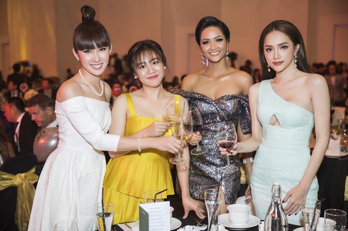 <p> Thúy Ngân có dịp đọ sắc với các người đẹp như Hoa hậu H'Hen Niê, Hương Giang, ca sĩ Văn Mai Hương.</p>