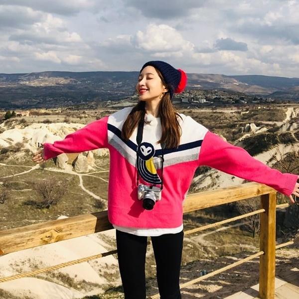 Hani mặc áo hồng trẻ trung leo núi, tận hưởng không khí trong lành.
