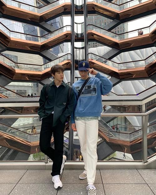 Johnny và Do Young (NCT) khoe street style và thần thái chụp hình chuyên nghiệp.