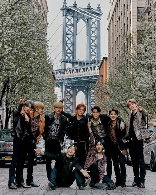 NCT 127 tạo dáng cực chất trước cây cầu Brooklyn ở New York. Bức hình của nhóm nhạc nhà SM đẹp như ảnh tạp chí.