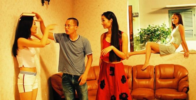 <p> Đạo diễn Vũ Ngọc Đãng chia sẻ loạt ảnh hậu trường thực hiện phim <em>Những cô gái chân dài,</em>sản xuất năm 2004. Trong hình, Vũ Ngọc Đãng (giữa) hướng dẫn Anh Thư (trái) và dàn diễn viên cách đội sách catwalk.</p>