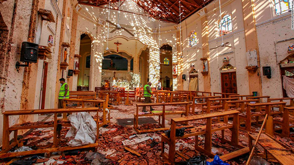 Khung cảnh tại một nhà thờ sau vụ nổ. Ảnh CNN