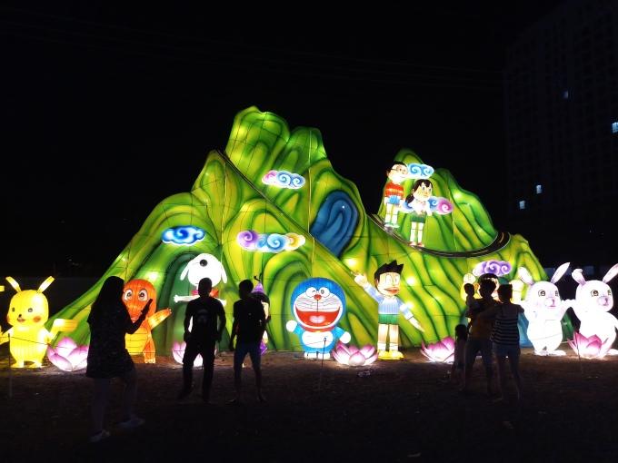 <p> Khu vực được nhiều phụ huynh dẫn các em nhỏ đến nhiều trong khuôn viên lễ hội bởi sự ngộ nghĩnh, đáng yêu từ các hình trang trí.</p>