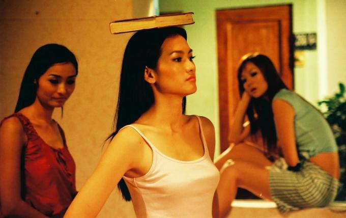 <p> Nhan sắc của Anh Thư ở thời kỳ đỉnh cao 15 năm trước. Trong phim, Anh Thư đóng vai Thủy. Thủy từ quê lên Sài Gòn lập nghiệp, bén duyên với nghề mẫu và đối mặt với nhiều cạm bẫy. Thủy là vai diễn được yêu thích nhất của Anh Thư lúc ấy.<br /> Ngoài vai diễn trong <em>Những cô gái chân dài</em>, Anh Thư cũng được giao cho vai chính trong các phim:<em> Tuyết nhiệt đới, Hồn Trương Ba, da Hàng Thịt, Hoa thiên điểu...</em></p>