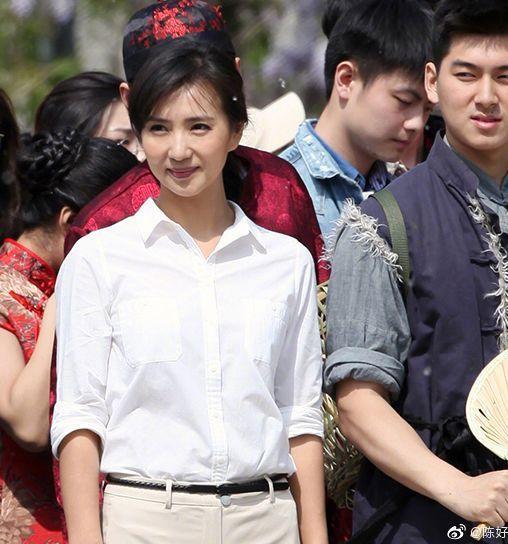 Trần Hảo được khen ngợi có khí chất trang nhã nổi bật giữa đám đông.