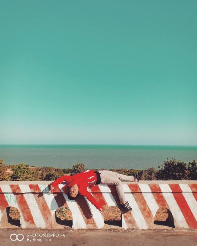 """<p> Biển đẹp quá khiến cậu bạn """"xỉu"""", không phải do nắng đâu nhé. Tuy nhiên, bộ ảnh xuất hiện giữa thời điểm nắng nóng khắp cả nước, ai cũng kêu than """"muốn xỉu"""" vì mệt nên khi đặt vào khung cảnh ấy cũng khá hợp lý.</p>"""