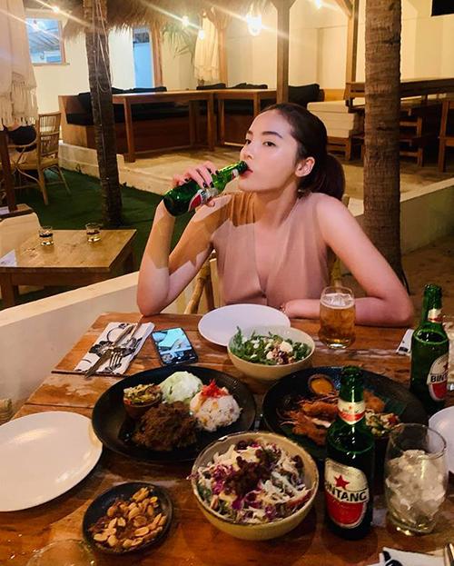 Bị nghi để màn hình điện thoại là ảnh Minh Triệu, Kỳ Duyên phân trần chiếc điện thoại trong ảnh là của người tình tin đồn chứ không phải của cô.