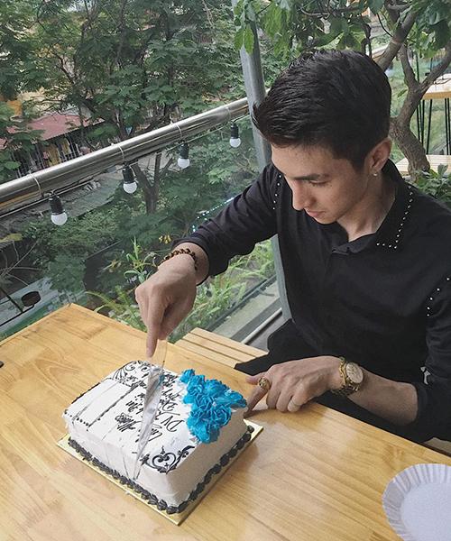 Bình An hạnh phúc cắt bánh do fan ruột tặng.