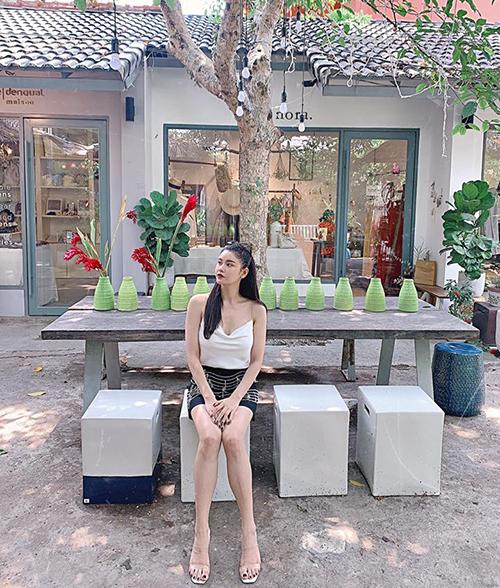 Trương Quỳnh Anh tranh thủ chụp hình trong lúc ngồi đợi con trai.