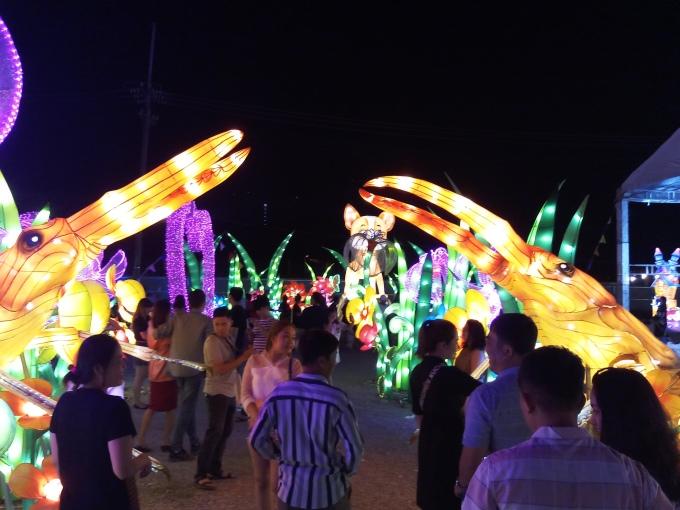 <p> Lễ hội càng về đêm càng thu hút các du khách đặt chân đến.</p>