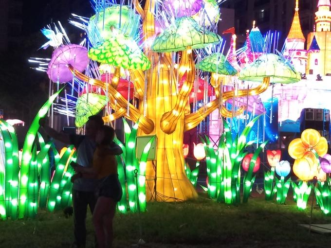"""<p> Đông người dân và bạn trẻ có mặt từ sớm để có nhiều thời gian tham quan lễ hội.Khu vườn xanh lung linh trong ánh đèn đêm. """"Mình rất thích những phối cảnh tự nhiên như thế này. Nó tạo cảm giác cho chúng ta được quay về với tuổi thơ cùng những người bạn thân của mình"""", bạn Thảo chia sẻ.</p>"""