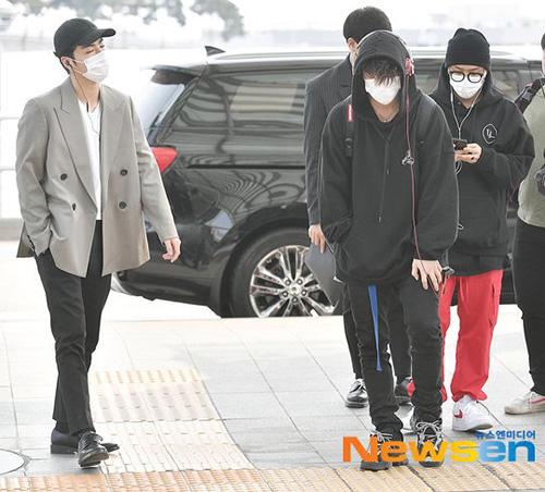 Nhóm iKON thể hiện cá tính qua set đồ sân bay. Jun Hoe có hình ảnh thanh lịch với đồ vest còn Bobby lại phủi bụi cùng trang phục thể thao.
