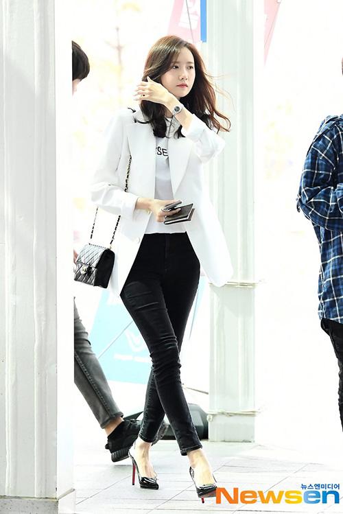 Yoon Ah - Tae Yeon đọ nhan sắc không tuổi ở sân bay - 3