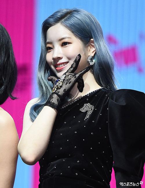 Da Hyun nhuộm màu tóc xanh, nữ ca sĩ có làn da trắng, hợp với mọi màu tóc.