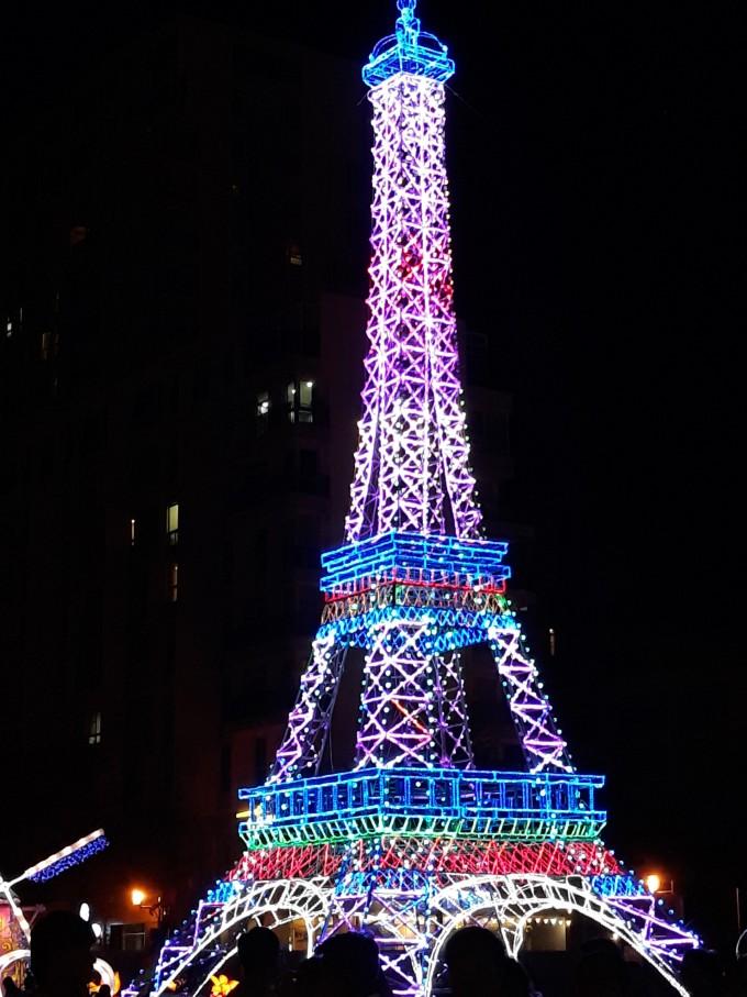 <p> Hình ảnhTháp Eiffel (Paris) lung linh giữa đêm.</p>