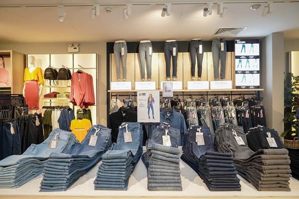 OVS được thành lập vào năm 1972 tại Venice và là một trong những thương hiệu thời trang hàng đầu tại Italy nhiều năm liền, với độ phủ sóng hơn 1.700 cửa hàng trên toàn thế giới. Thương hiệu mang đến phong cách thời trang đa dạng, phù hợp cho mọi lứa tuổi như áo thun, quần jeans hay váy áo cá tính với mức giá hợp lý.