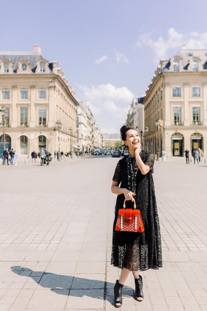 """<p> Chiếc váy ren phom đám mây còn được """"người đẹp không tuổi"""" kết hợp cùng túi Goyard đỏ.</p>"""