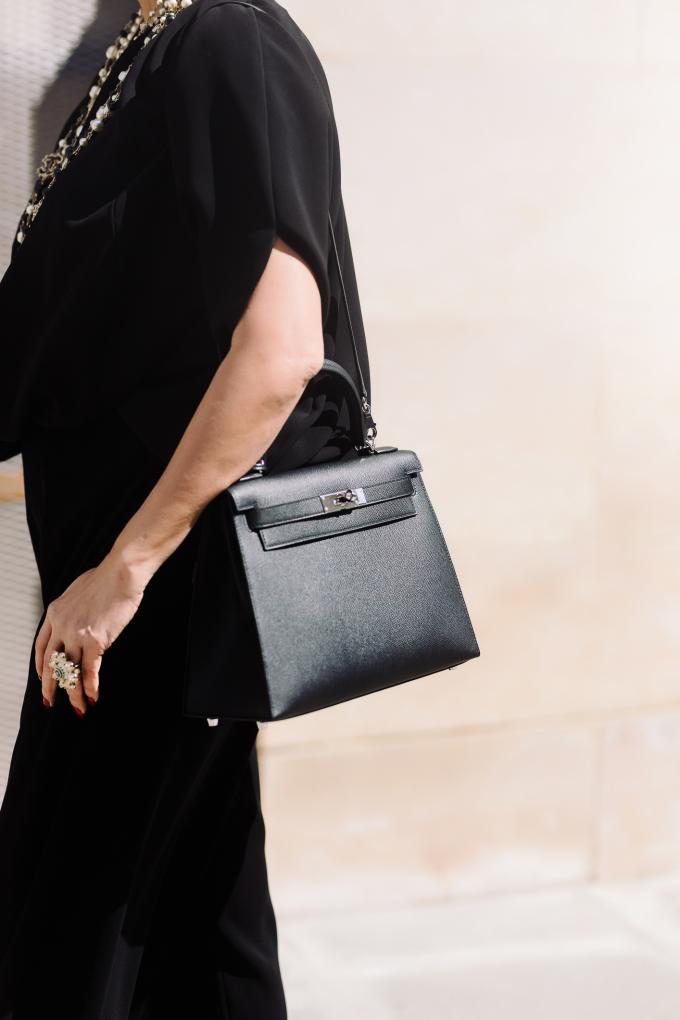 <p> Thông thường, khách hàng phải đặt hàng trước, đồng thời được hãng xác định đủ tiêu chuẩn mới có thể mua chiếc túi này. Tuy nhiên Diễm My đã có thể rước về chiếc túi yêu thích ngay tại cửa hàng Hermes ở Paris mà không cần chờ đợi.</p>