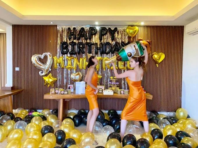 """<p> Kỳ Duyên chia sẻ một số hình ảnh trong buổi tiệc sinh nhật của Minh Triệu do cô đích thân chuẩn bị, trang trí. Cả hai cùng những người bạn đang có chuyến du lịch tại đảo Bali, Indonesia.""""Một chút tấm lòng yêu thương gửi tặng bạn nhỏ Minh Triệu. Mang đủ mọi thứ từ Việt Nam sang đây, thổi bóng cắm hoa 3 tiếng. Mong bạn sẽ vui với surprised birthday (tạm dịch: sinh nhật bất ngờ) tại nơi này, chúc bạn tuổi mới dịu dàng"""", Kỳ Duyên nhắn nhủ Minh Triệu.</p>"""