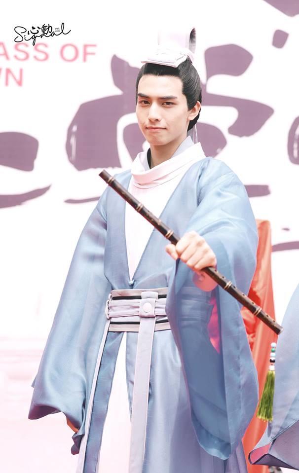 <p> Vai nam chính của bộ phim được giao cho Tống Uy Long - ngôi sao đang lên của làng giải trí Trung Quốc. Anh chàng sinh năm 1999, cao đến 1,85m. Vai diễn đáng nhớ nhất của Uy Long là nam chính trong<em>Phượng Tù Hoàng</em> đóng cùng Quan Hiểu Đồng.</p>