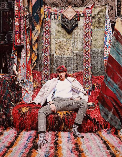 Bình An ra dáng hoàng tử Ba Tư trong khung cảnh màu sắc ở Thổ Nhĩ Kỳ.