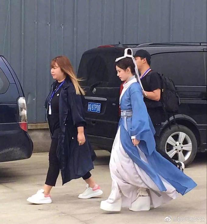 <p> ''Chiêu'' giúp Cúc Tịnh Y ăn gian chiều cao là đôi giày đế khủng. Netizen cười bò trước đôi giày độn của Tịnh Y sau bộ đồ cổ trang. Dù đã cố gắng, nữ diễn viên nhìn vẫn rất nhỏ bé.</p>