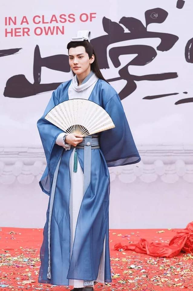 <p> Tất Văn Quân đảm nhận vaiMoon Jae Shin, biệt danh Kiệt Ngao (bản gốc do Yoo Ah In đóng). Nhiều ý kiến cho rằng tạo hình của Văn Quân quá chỉn chu, không giống với hình tượng phong trần trong bản gốc.</p>