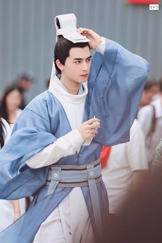 <p> Tống Uy Long được ca ngợi là một trong những mỹ nam cổ trang thế hệ mới. Khuôn mặt góc cạnh nam tính, ánh nhìn ấm áp giúp anh dễ dàng hóa thân vào nhân vậtLee Sun Jun (bản gốc do Park Yoo Chun diễn).</p>