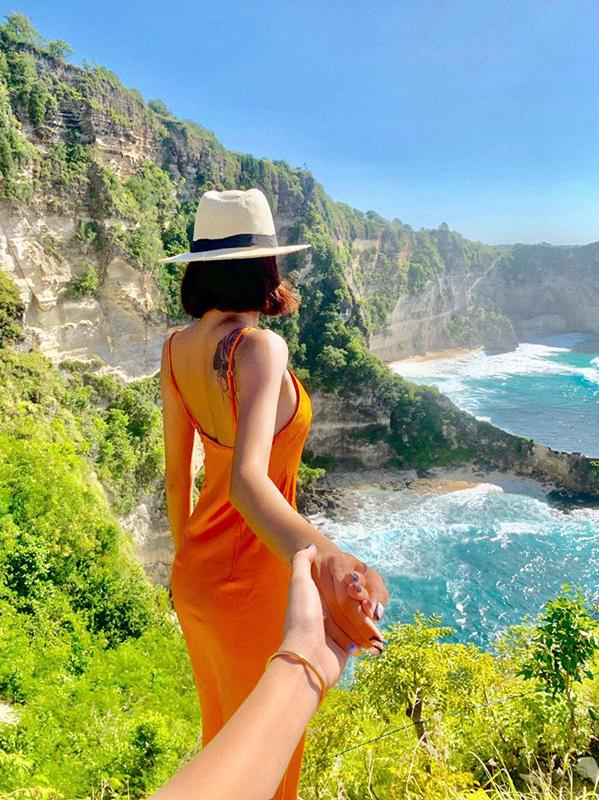 """<p> Minh Triệu nắm tay Kỳ Duyên khi ghé thăm hòn đảo nhỏ Nusa Penida tại Bali. Được các fan """"đẩy thuyền"""" nhưng cả hai đều tìm cách từ chối mỗi khi được hỏi về chuyện yêu đương.</p>"""