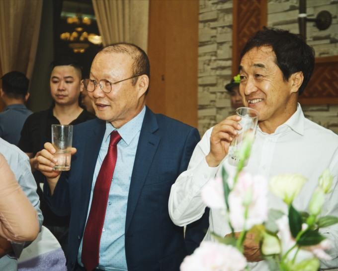 """<p> Ông Park đến cùng trợ lý Lee Young-jin. Cả hai hết sức thích thú vì được dự một đám cưới tại Việt Nam.</p> <p> Ngoài hai người thầy ở ĐTVN, nhiều cầu thủ cùng CLB Hà Nội có mặt để chung vui cùng Dũng """"Chíp"""".</p>"""