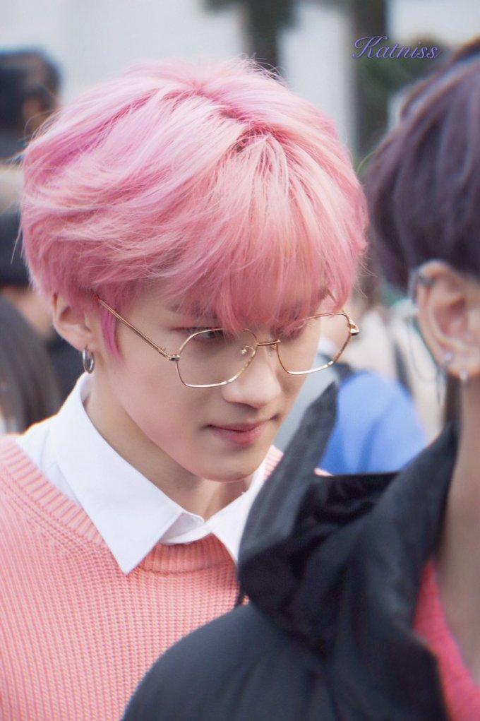 <p> Màu tóc hồng ngọt ngào kẹo bông rất bắt mắt nhưng lại khó nhuộm, khó giữ. Các idol phải thường xuyên tẩy, nhuộm để giữ suốt kỳ quảng bá. Đây cũng là lý do khiến nhiều thần tượng có mái tóc yếu, xơ xác.</p>