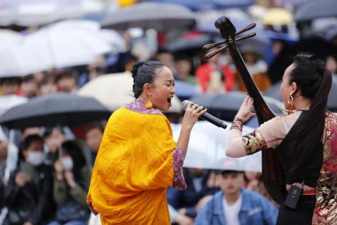 <p> Đoan Trang phiêu hết mình trên sân khấu trước hàng nghìn khán giả.</p>