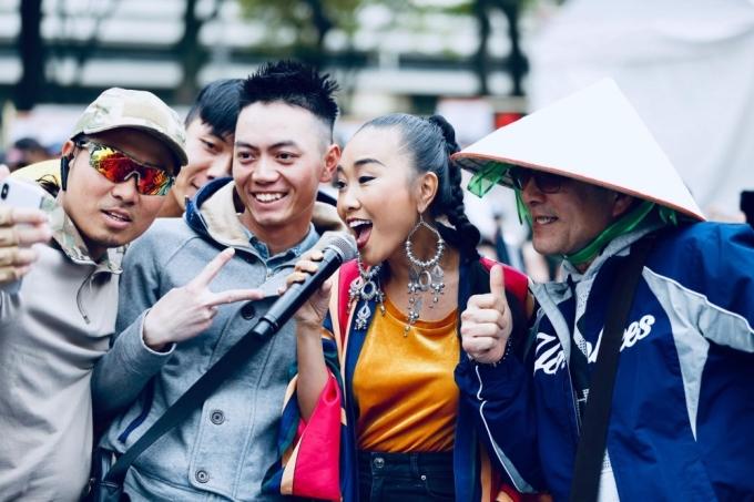 <p> Các khán giả Nhật Bản vây quanh lúc Đoan Trang lúc biểu diễn. Nhiều người còn tranh thủ pose hình cùng nữ ca sĩ người Việt.</p>