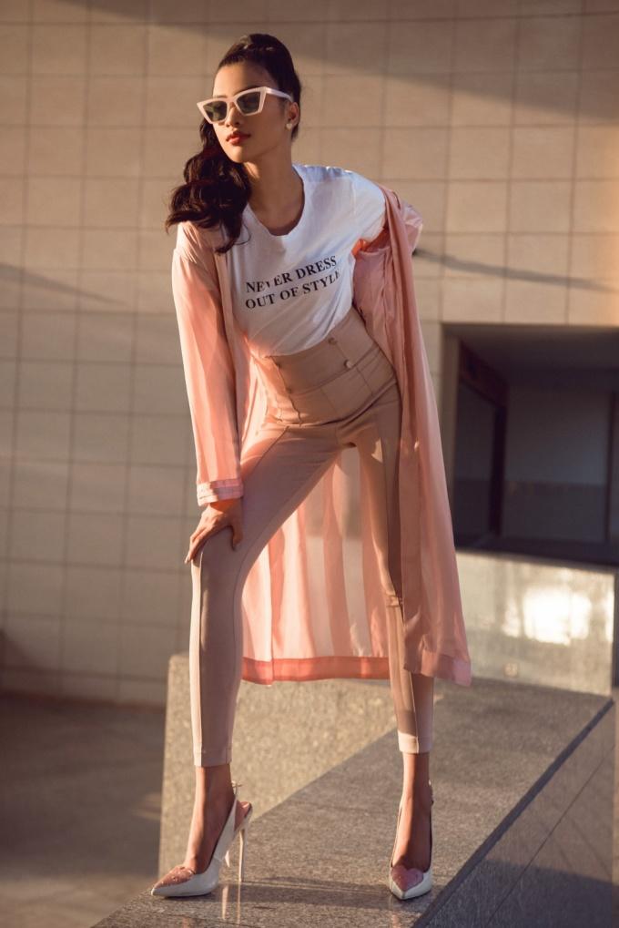 <p> Người đẹp khoe trọn đôi chân thon dài khi diện quần cạp cao.</p>